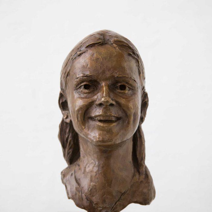 Portrait einer jungen lachenden Frau, Bronze