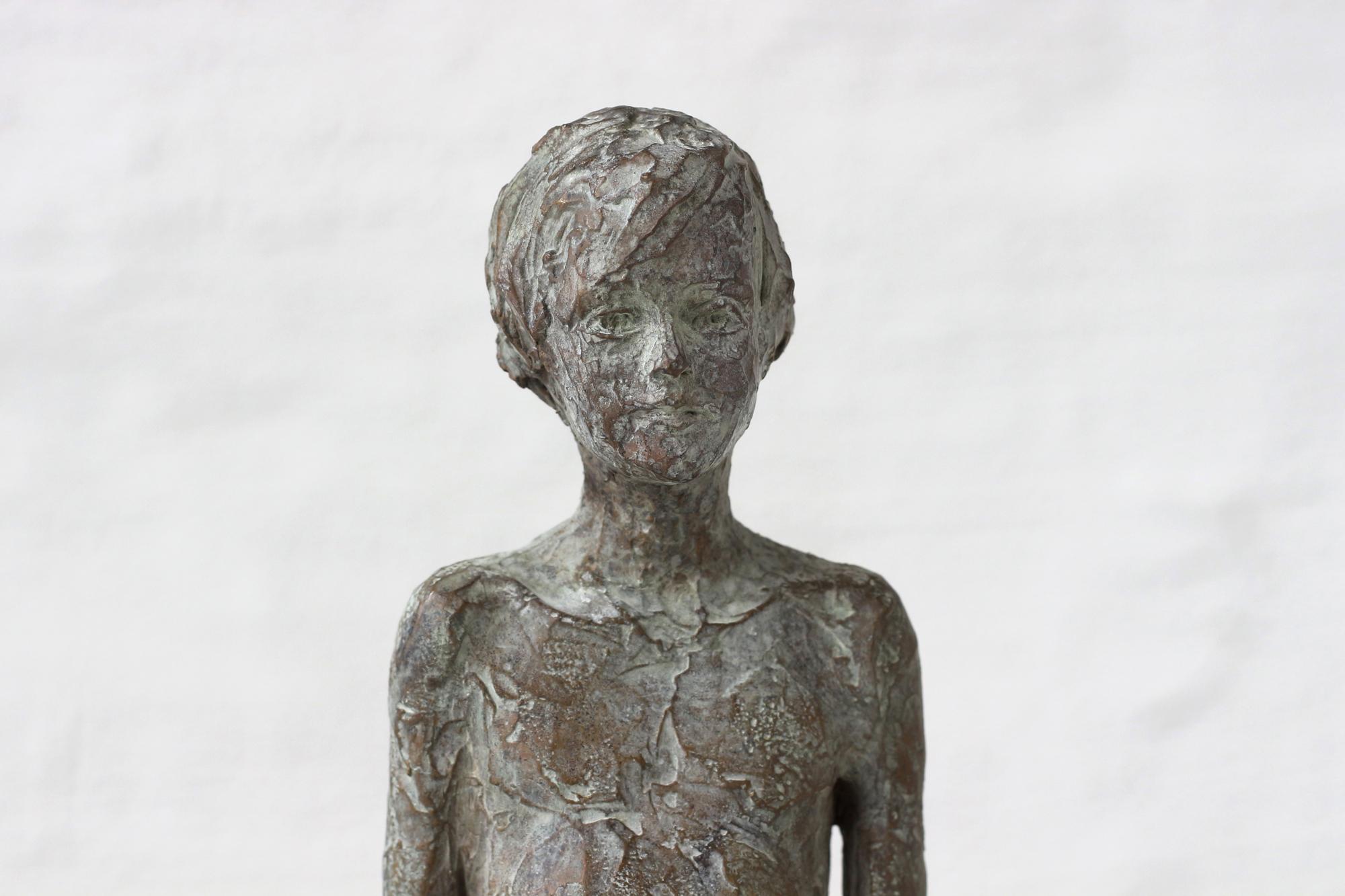 Knabenfigur in Bronze einfach stehend.